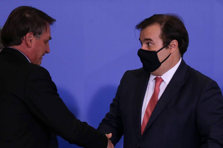O presidente da Câmara, Rodrigo Maia (DEM-RJ), aperta a mão do presidente Jair Bolsonaro