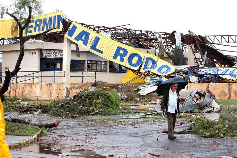 Escombros da Rodoviária de Taquarituba, após vendaval que atingiu a cidade em 2013