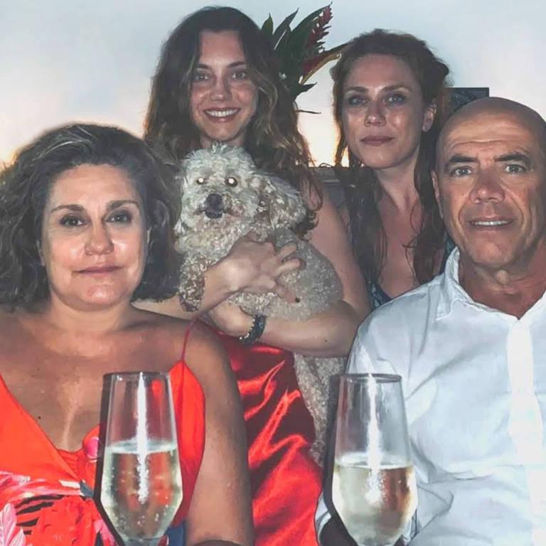 A arteterapeuta Giuliana Dodi --com o marido, Luiz, e as filhas Marina e Maria Júlia-- não precisou ser internada para se curar da Covid-19 em sua casa em Jundiaí (SP)