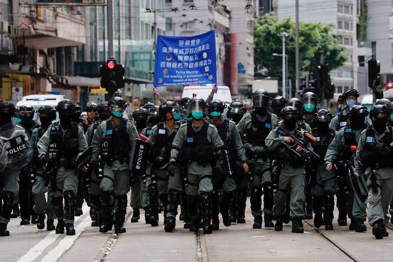 Polícia de choque vai de encontro a manifestantes contrários à nova lei de Hong Kong