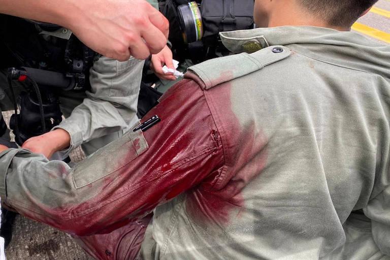 Policial esfaqueado durante confronto com manifestantes em Hong Kong
