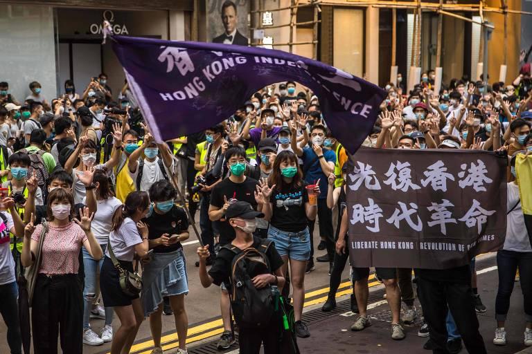 Manifestantes com faixas pedindo a libertação de Hong Kong da China protestam nesta quarta (1º)