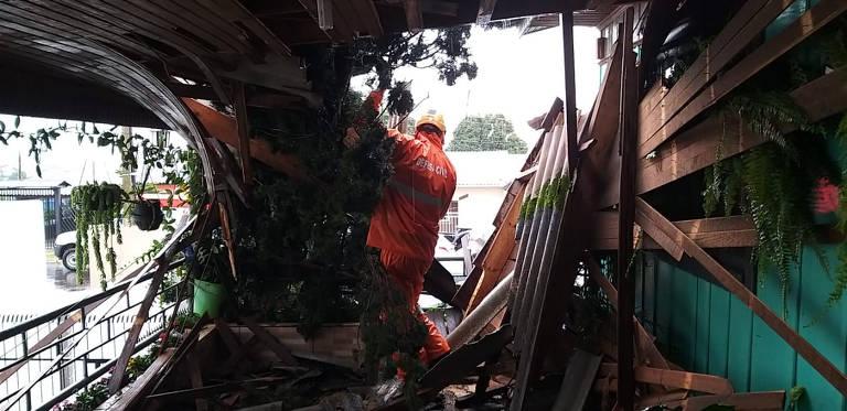 """Destruição causada pelas fortes rajadas de vento do """"ciclone bomba"""", resultado da associação entre um ciclone extratropical e uma frente fria"""