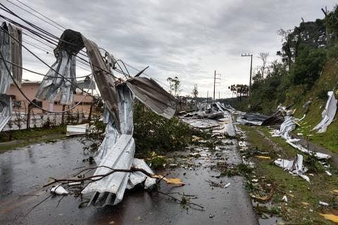 CHAPECO, SC, 30-06-2020  -  Destruicao causada pelas fortes rajadas de vento do