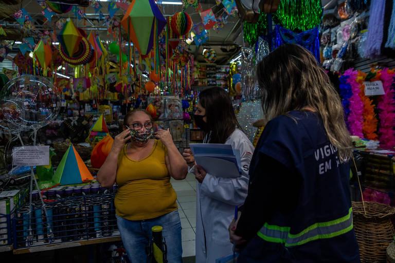 Fiscal aborda mulher com máscara em loja na região da rua 25 de Março