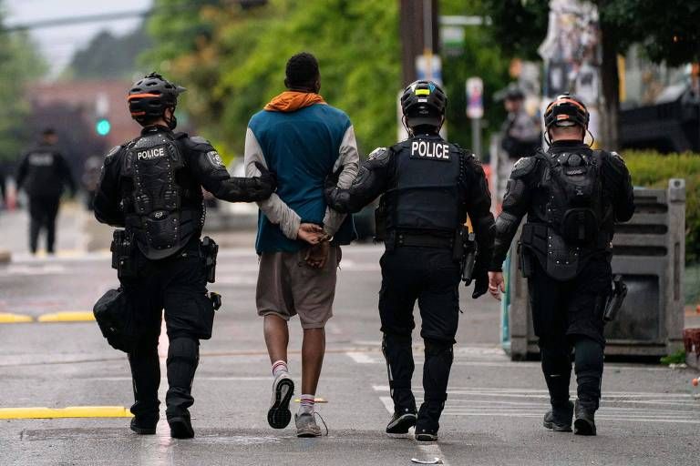 Policiais prendem homem durante desocupação de zona autônoma em Seattle