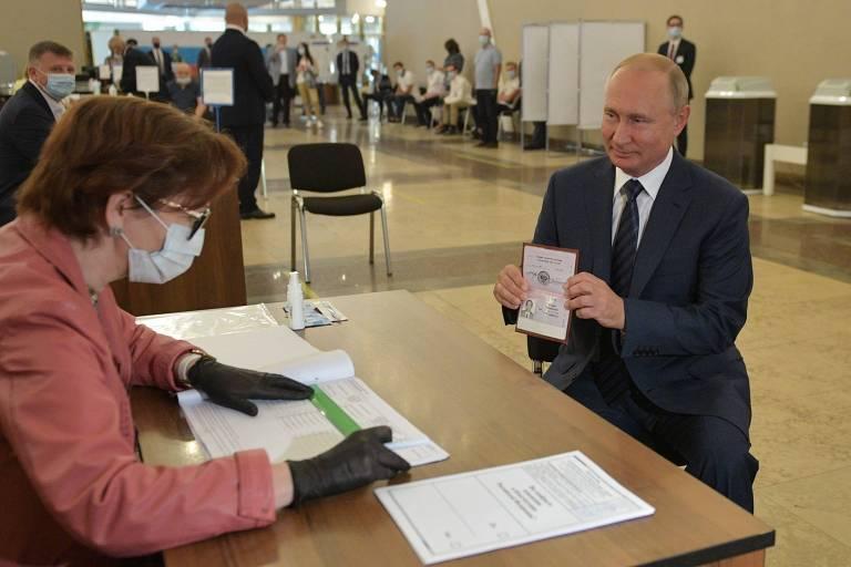 Putin mostra seu passaporte, identidade obrigatória na Rússia, antes de votar em Moscou