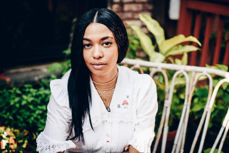 Aurora James, fundadora e diretora criativa da Brother Vellies, aparece sentada