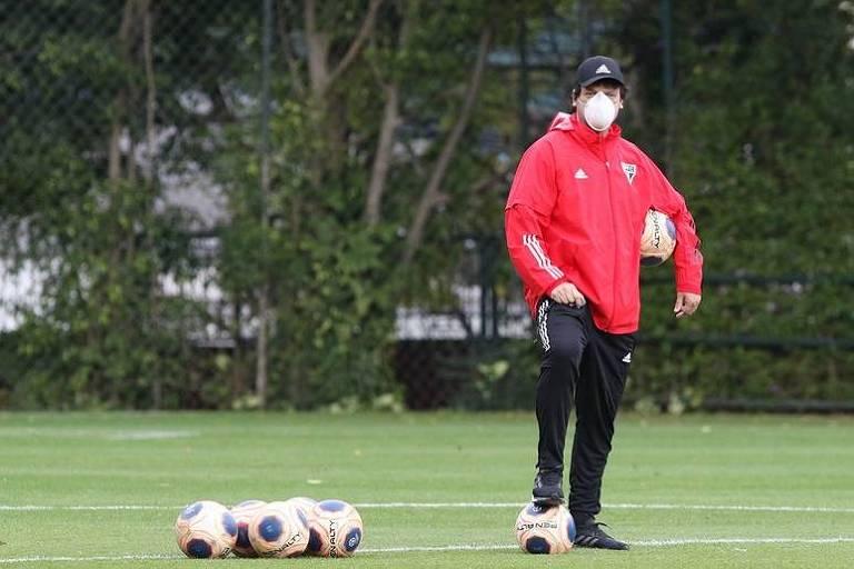 São Paulo voltou aos treinos com bola nesta quarta (1º). O técnico Fernando Diniz, de máscara, acompanhou a atividade