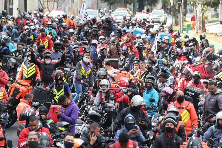 Motoentregadores fazem protesto pedindo melhores condições de trabalho na quarta-feira (1º). Eles saíram em comboio do sindicato, no Brooklin, zona sul de SP, e seguiram para o TRT na região central