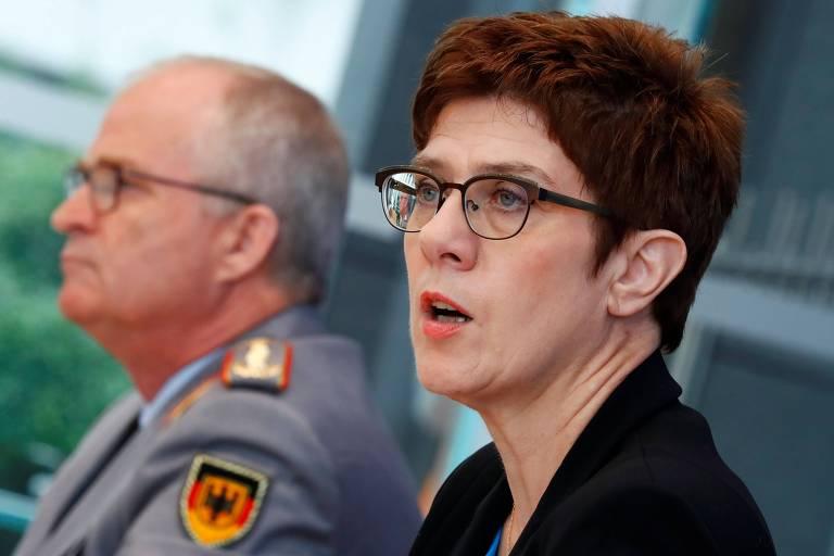 A ministra da Defesa da Alemanha, Annegret Kramp-Karrenbauer, anuncia a dissolução parcial da KSK ao lado do inspertor-geral das Forças Armadas
