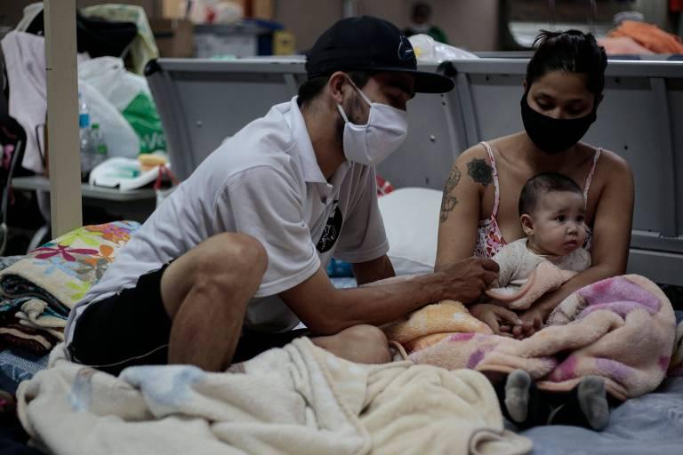 Família colombiana dormindo no aeroporto de Guarulhos em maio