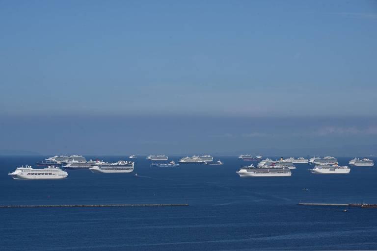 Vários navios de cruzeiro ancorados no mar