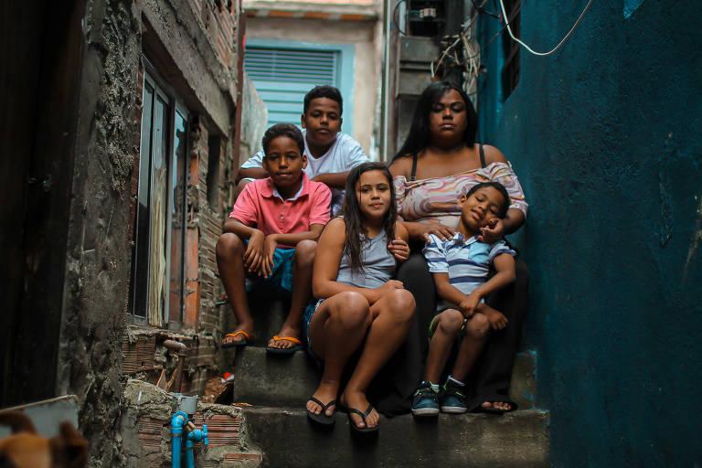 Flávia Cristina Moreira dos Santos, mãe sozinha, com 4 de seus 5 filhos, no Capão Redondo,  em SP