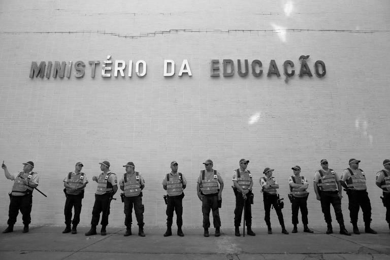 Guardas vigiam o prédio do ministério da Educação durante protesto de estudantes contra os cortes no orçamento da pasta