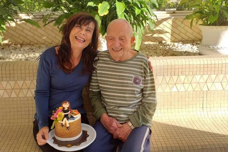 José Guedes, de 97 anos, amigo de Mirian Goldenberg, ao lado dela, que está com um bolo