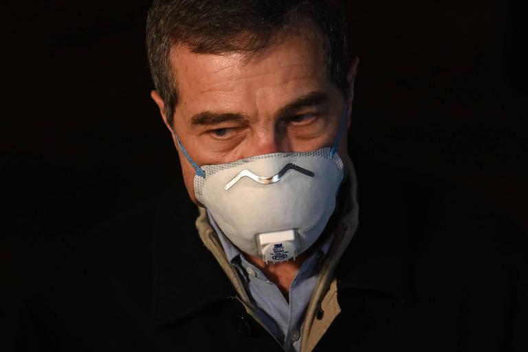 Ernesto Talvi usa máscara durante entrevista coletiva em abril