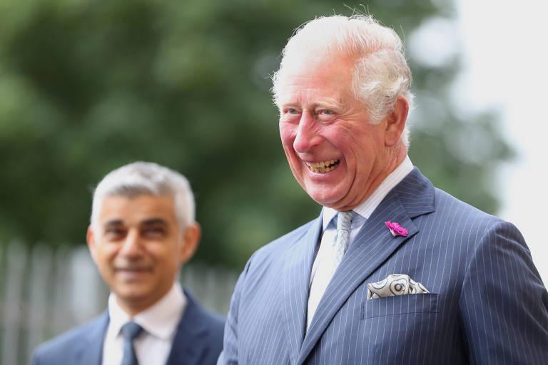 O príncipe, em primeiro, plano, está sorrindo