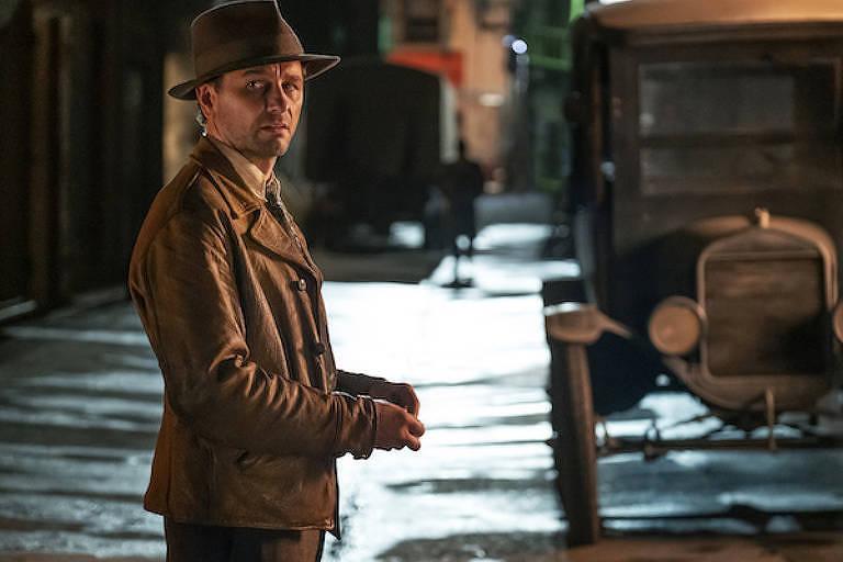 """Cena de """"Perry Manson"""", com ator Matthew Rhys, em rua deserta"""