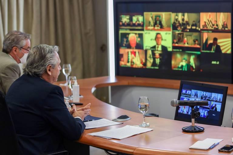 O presidente da Argentina, Alberto Fernández, à dir., ao lado do chanceler Felipe Solá durante Cúpula do Mercosul a partir da residência oficial, em Buenos Aires