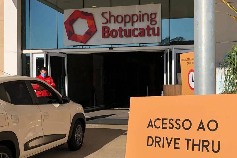 Entrada de carro no drive-thru do Shopping Botucatu