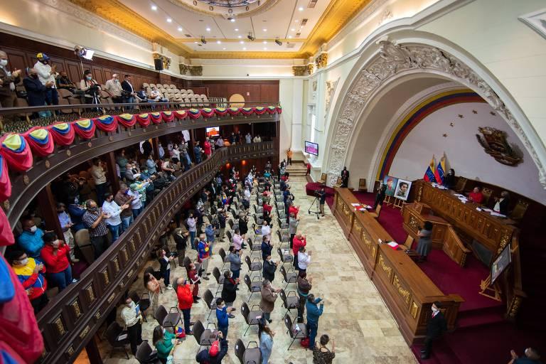 Membros da Assembleia Constituinte da Venezuela, órgão ligado ao chavismo, aplaudem após votação que referendou a decisão do ditador Nicolás Maduro de expulsar a embaixadora da União Europeia, Isabel Brilhante Pedrosa, na terça (30)