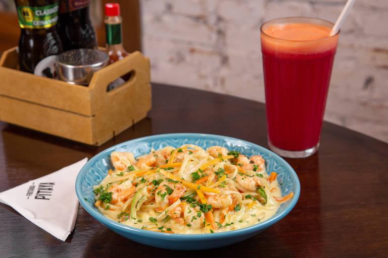 Linguini de camarão ao molho branco da Frutaria Pitaya