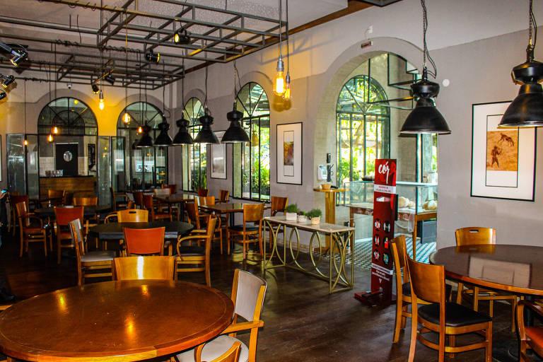 Salão do restaurante Cór remodelado para a reabertura com o afrouxamento da quarentena: totem de alcool em gel e redução de mesas
