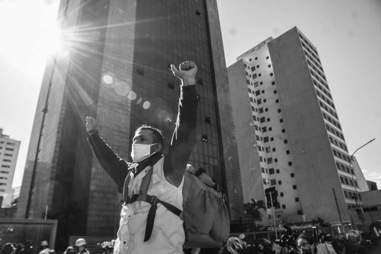Entregadores de aplicativo protestam em frente ao Tribunal Regional do Trabalho, na rua da Consolação, em São Paulo