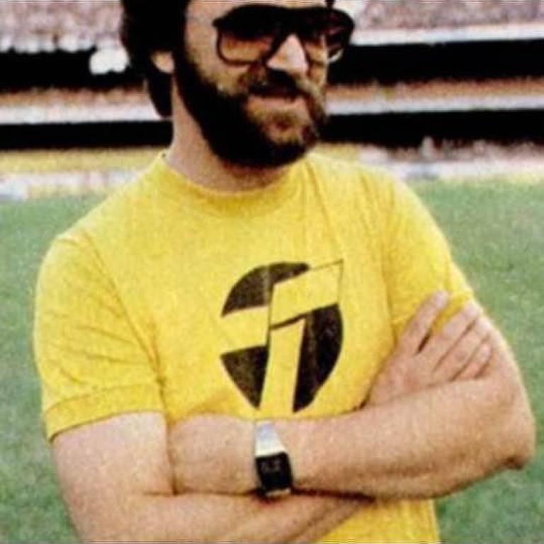 O diretor do Timão Adilson Monteiro Alves entrava em campo de camiseta amarela durante a Democracia Corinthiana