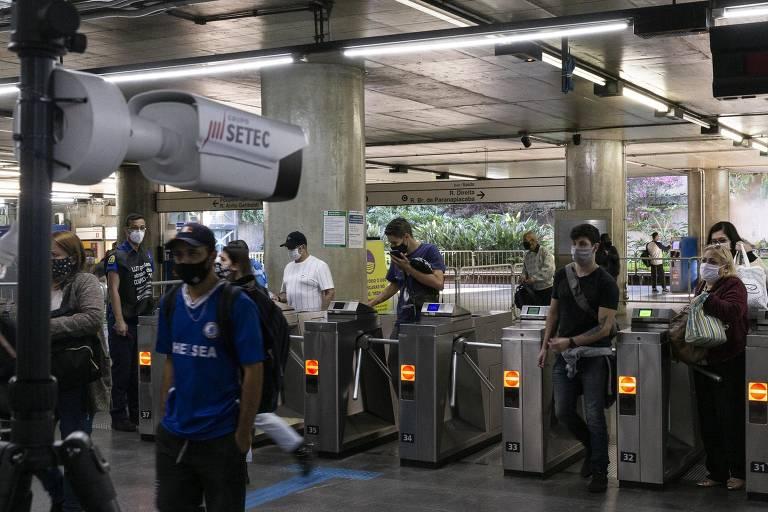 Metrô testa câmera para medir a temperatura de passageiros e verificar o uso de máscara de proteção na estação da Sé, no centro de São Paulo, na tarde desta quinta-feira (2); medida é prevenção contra o novo coronavírus