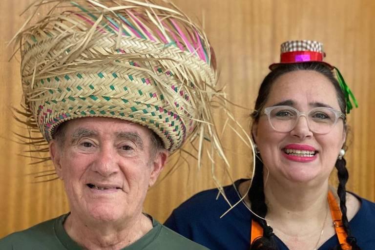 Renato Aragão se caracteriza para festa julina com a mulher, Lilian Taranto