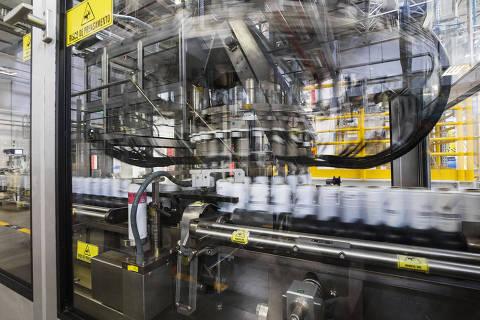 AGUAÍ, SP, BRASIL 02.08.2018 Automatização na fabrica da Unilever. Máquinas operam no setor de desodorantes em aerosol. Poucos operários trabalham no setor (Foto: Eduardo Knapp/Folhapress)