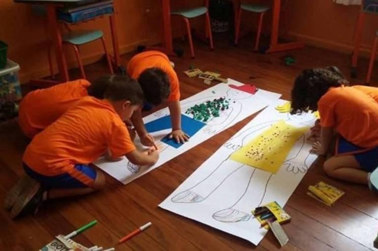 Crianças em foto de arquivo da escola Planeta Azul