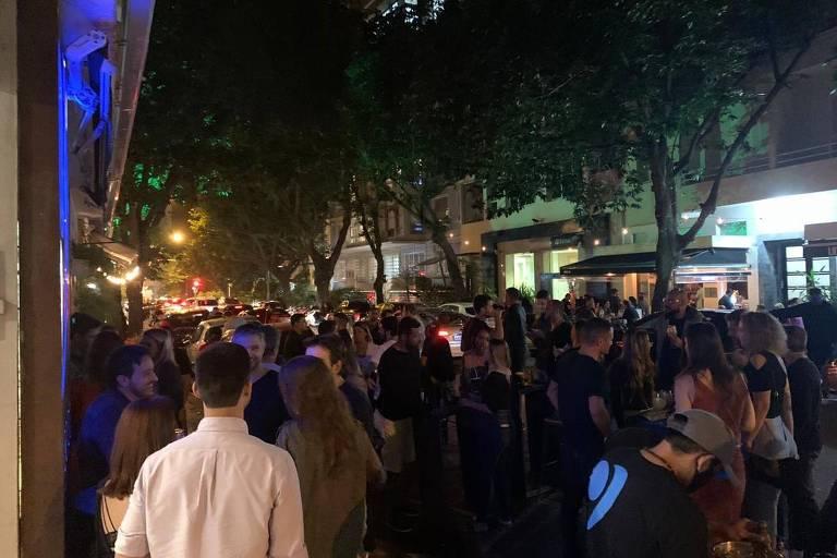 Calçadas do Leblon lotadas no primeiro dia de abertura dos bares e restaurantes no Rio