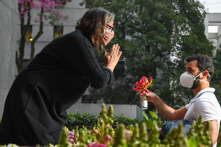 Profissionais do Hospital das Clínicas que lutam contra a Covid-19 recebem flores em agradecimento por seu trabalho
