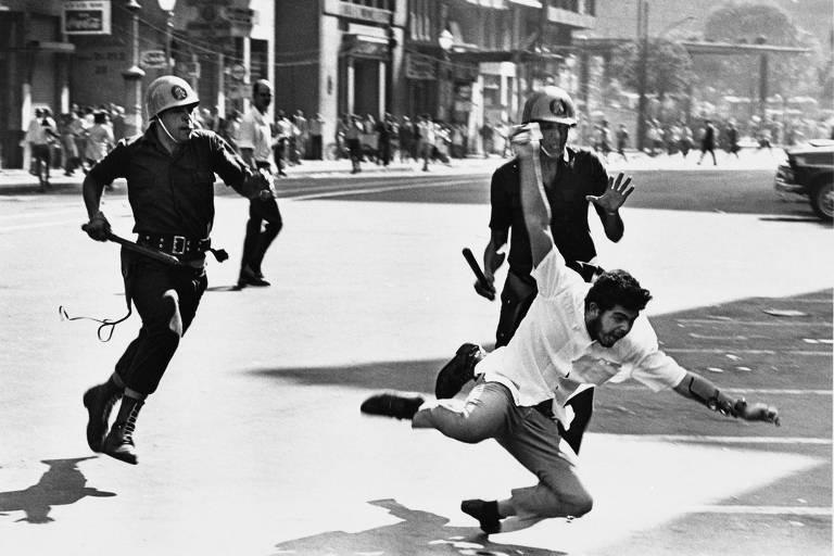 Estudante é perseguido e atingido por policiais durante a chamada 'sexta-feira sangrenta', no Rio, em 1968