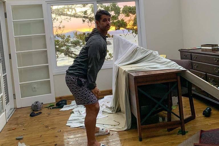 Empresário Guto Galamba dança em cômodo sem teto após passagem de ciclone em SC