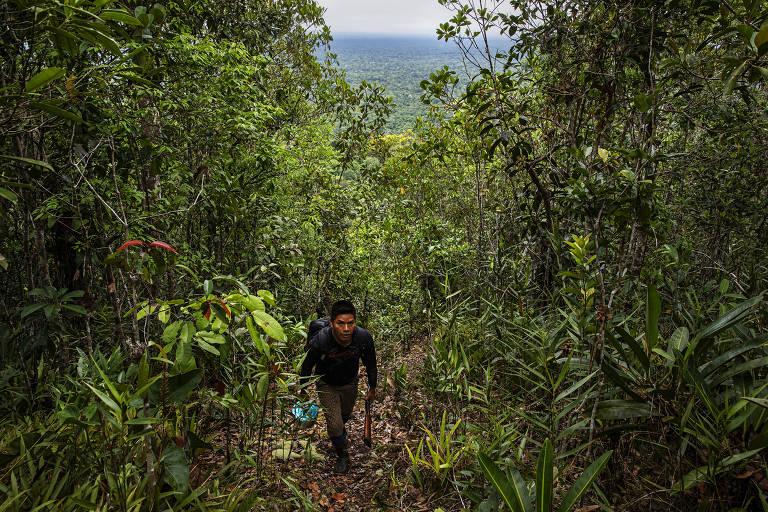 André Veloso caminha pela trilha que leva ao Morro dos Seis Lagos