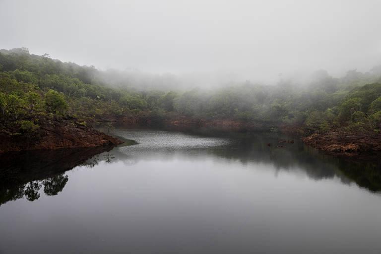 Neblina no lago do Dragão, cercado por uma floresta