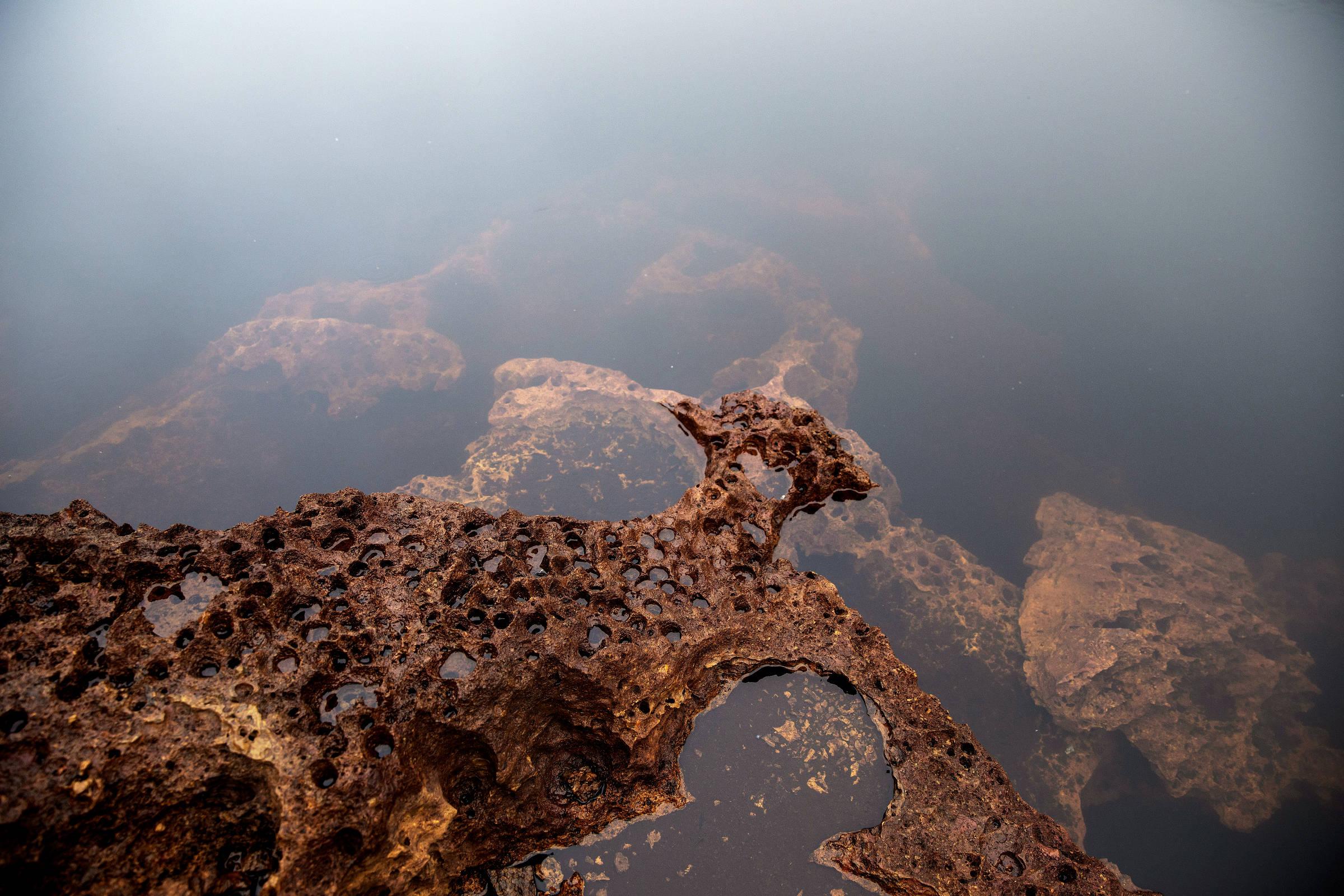 Rochas pontiagudas de cor terrosa na maior jazida de nióbio do mundo, em Seis Lagos