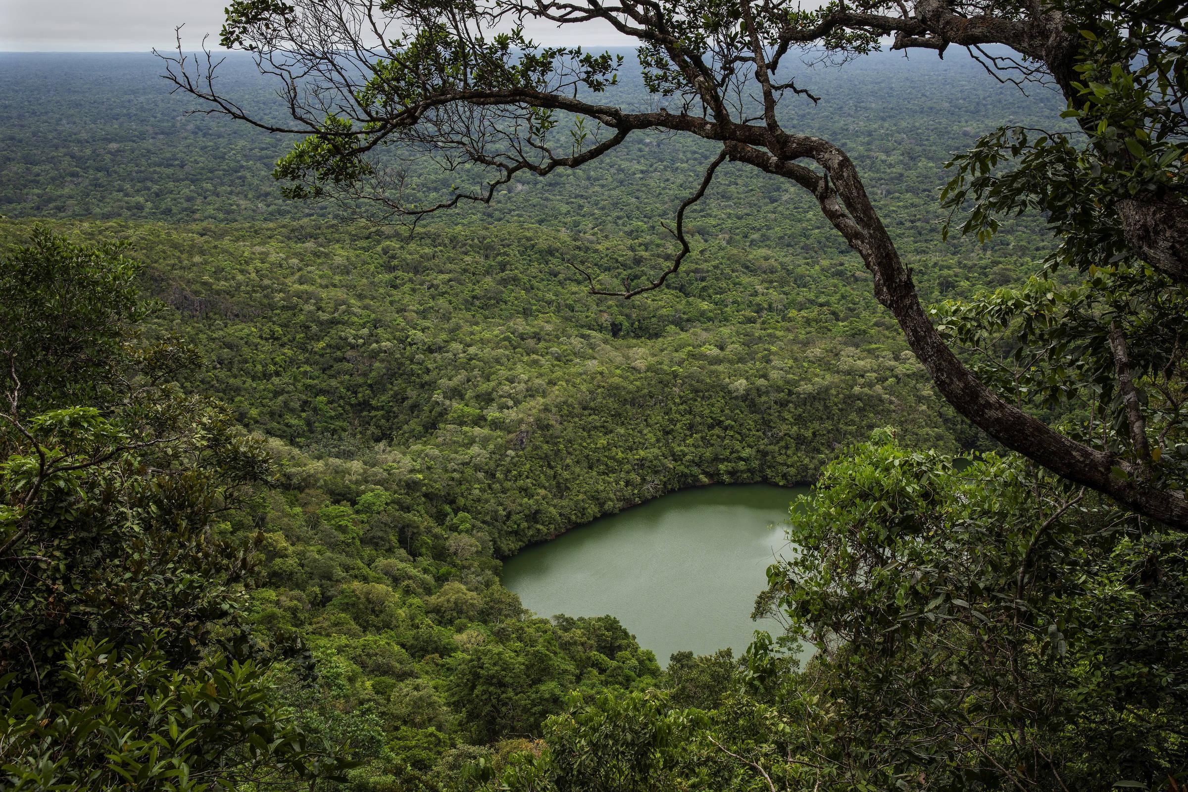 Vista do lago na Reserva Biológica Morro dos Seis Lagos, que concentra uma das maiores reservas de nióbio do mundo
