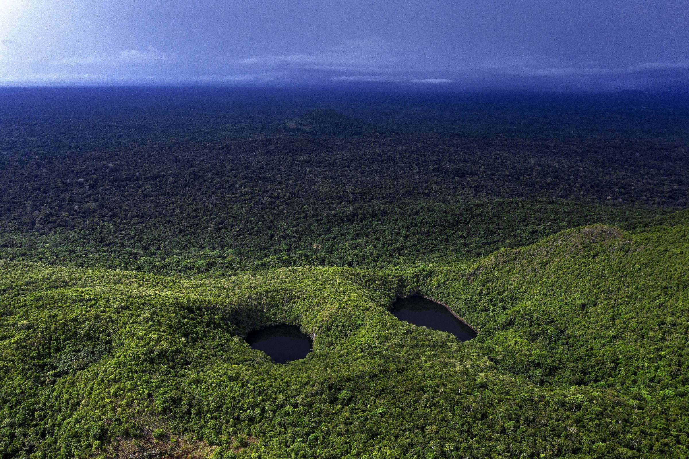 Vista aérea do lago na Reserva Biológica Morro dos Seis Lagos