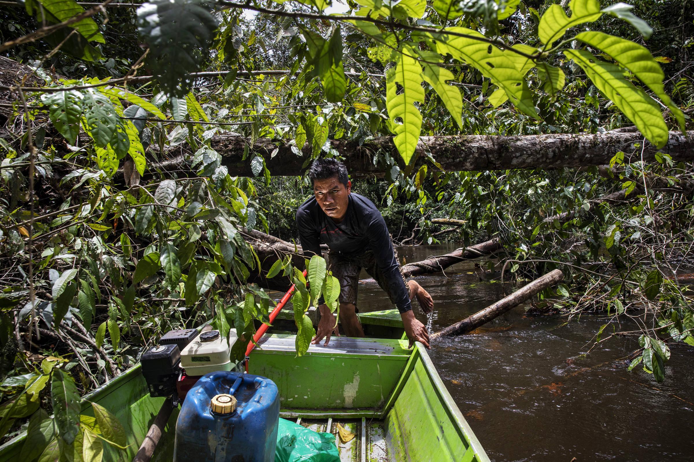 O agente de saúde indígena André Veloso conduz uma canoa pelo igarapé Ya-Mirim rumo ao início da trilha que leva ao Morro dos Seis Lagos