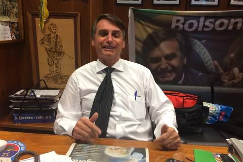 Gabinete de Jair Bolsonaro na Câmara manteve vaivém suspeito de salários e verbas