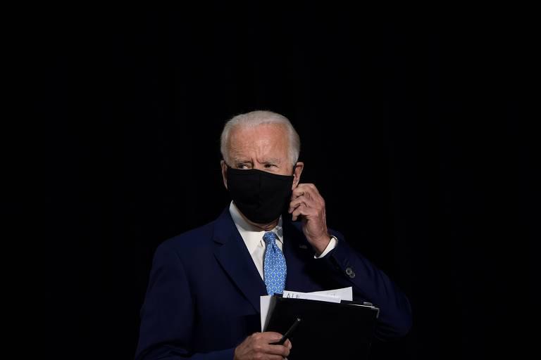 Joe Biden ajeita máscara durante discurso em evento de sua campanha em Delaware na terça (30)