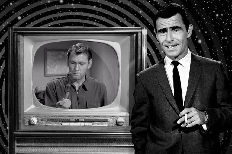"""Cena da série de TV """"Além da Imaginação"""", em que um homem de terno fala com o espectador, parado em frente a uma televisão antiga, que exibe um outro homem."""