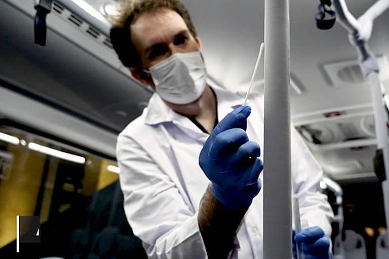 Técnico testa o tecido anticovid que foi usado para forrar o interior de ônibus, trens e metrôs, a fim de evitar a propagação do novo coronavírus