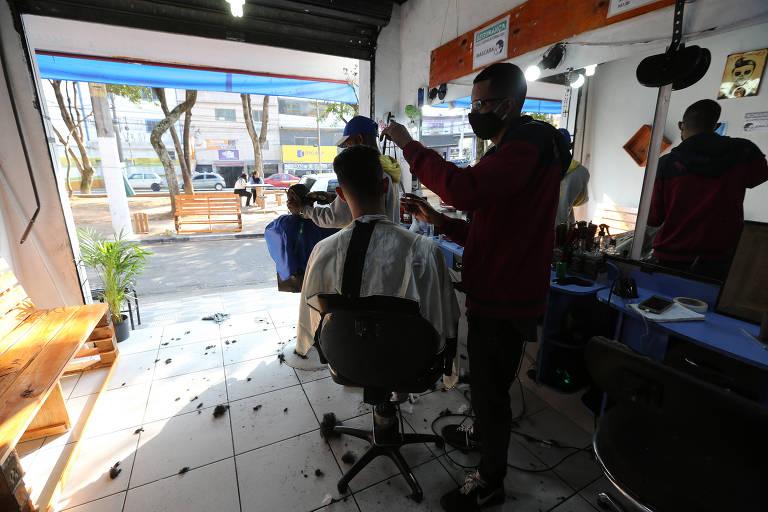 Salões e barbearias de Cidade Tiradentes (zona leste) adaptam o funcionamento às medidas de prevenção durante a pandemia