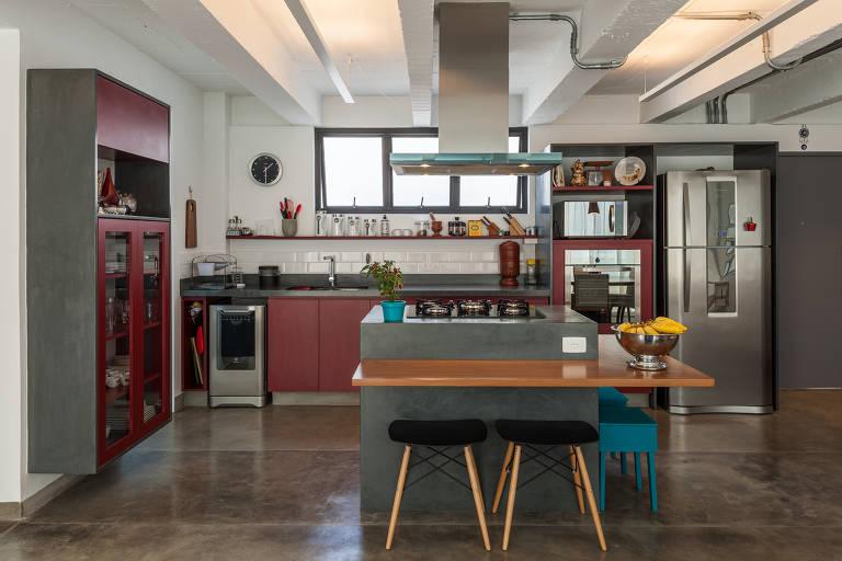 Cozinha grande, com armários espaçosos, uma das tendências pós-pandemia; o projeto é da arquiteta Teresa Mascaro, para apartamento na zona norte de SP